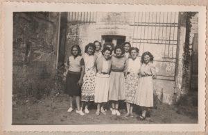 Les jeunes filles devant leur dortoir.