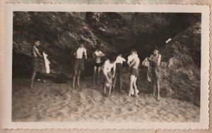 Rhabillage des garçons au pied des rochers