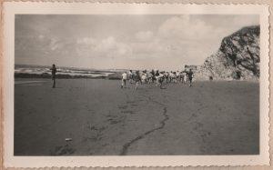 D'un bon pas notre groupe longe la plage. René L. arrêté contemple la mer.