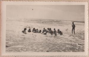 Jeux dans les vagues, Michel C. regarde