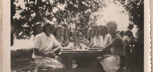La table des grands sous les arbres ; à l'arrière-plan on aperçoit une autre table : Christiane sert.